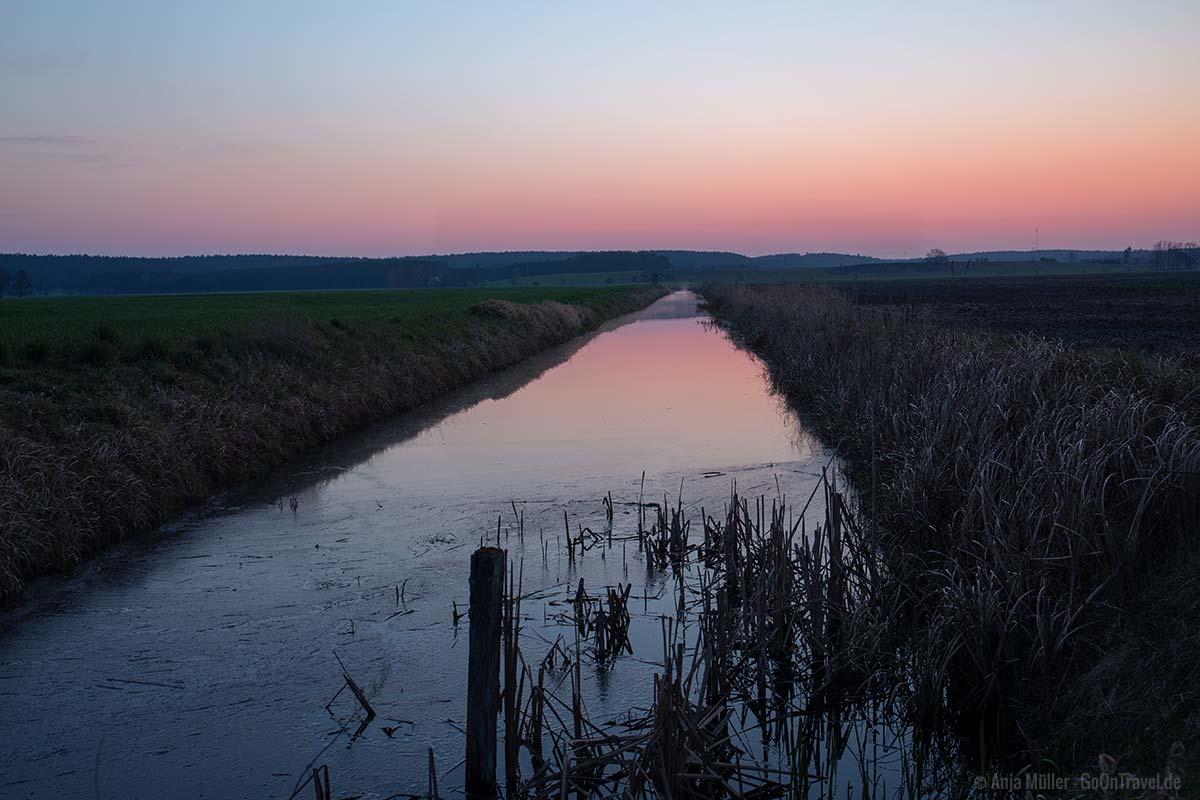 Wassergraben am frühen Morgen