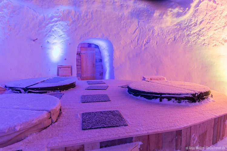 Der Außenbereich mit Hot-Tubs und einer Sauna