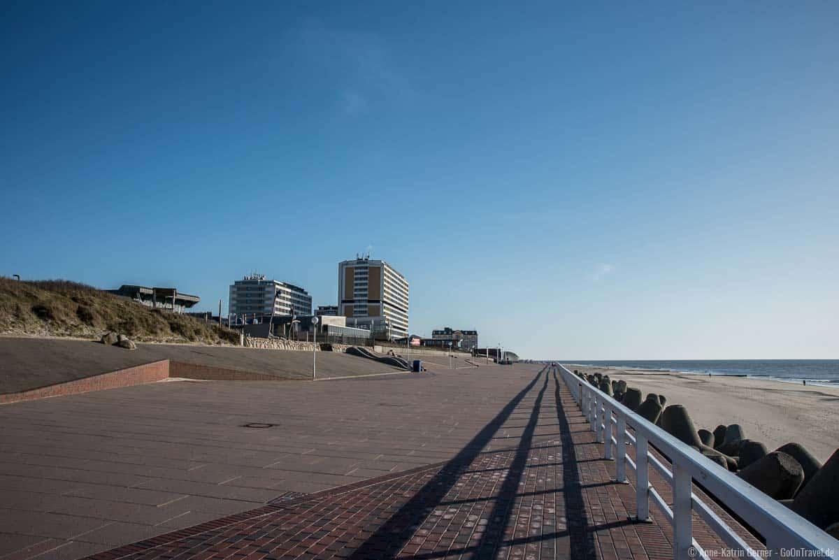 Auf die Promenade von Westerland verirren sich nur wenige Spaziergänger