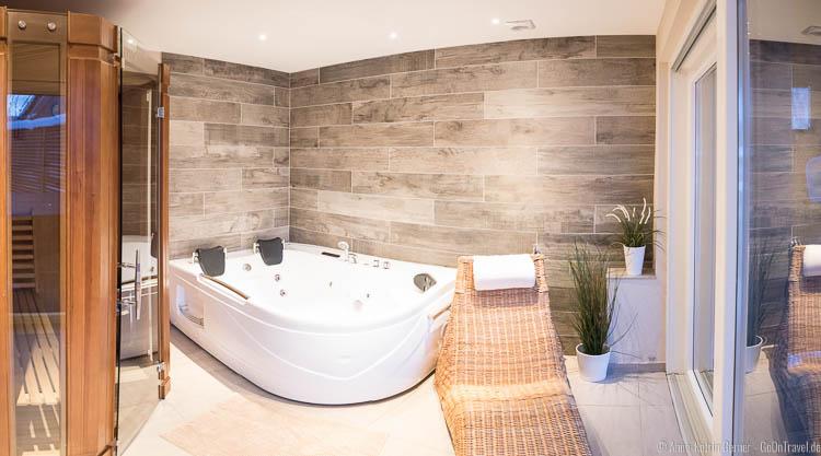 Entspannen in der Sauna und in der Whirlpoolbadewanne