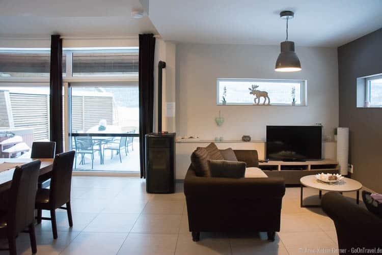 Wohn-Essbereich mit Terrassenzugang und Blick in die Ardennen