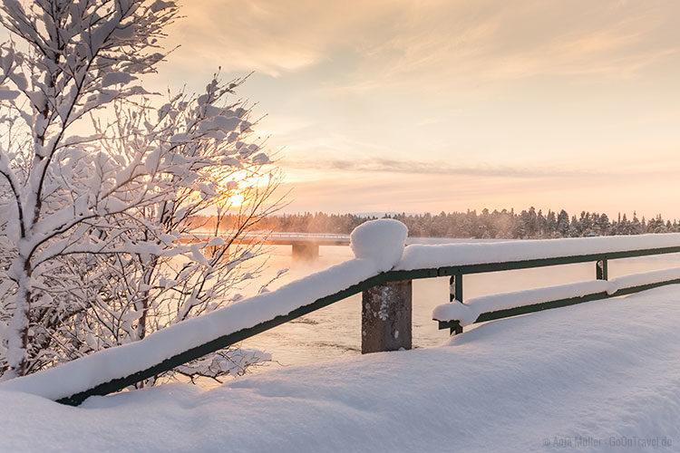 Winterwunderland Lappland zum Sonnenuntergang.