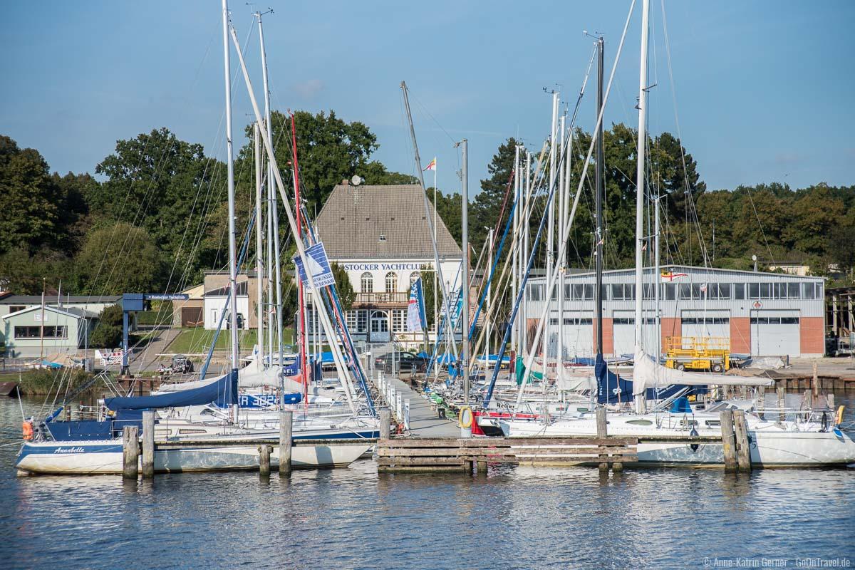 der Rostocker Yachthafen liegt auf der anderen Seite der Unterwarnow