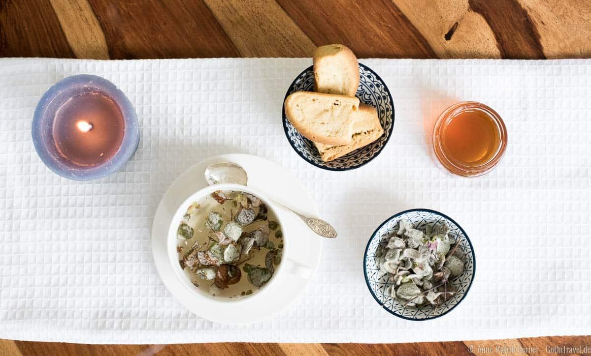 Diktamo Tee mit kretischen Honig und Dakos
