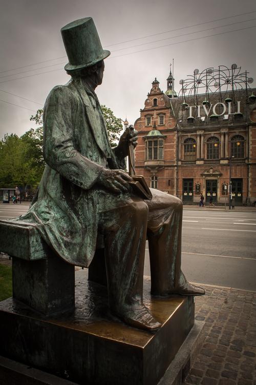 H.C. Andersen Denkmal am Rathaus mit Blick auf den Tivoli