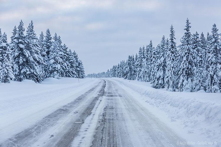 Eine Straße in Schwedisch Lappland.